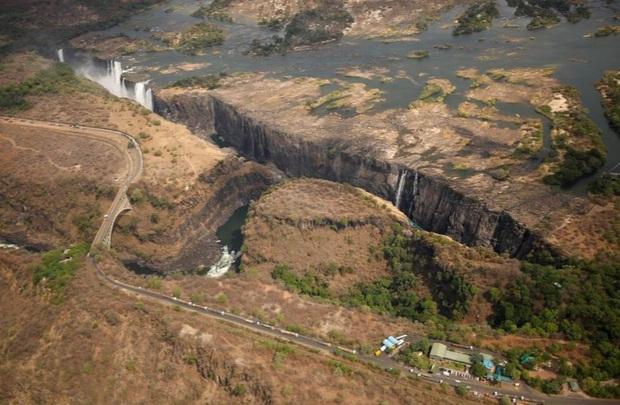 Sốc nặng khi Victoria - thác nước lớn nhất thế giới cạn khô vì hạn hán - Ảnh 10.