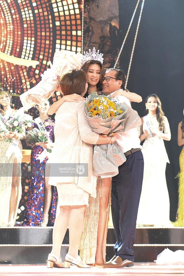 Khoảnh khắc xúc động khi đăng quang Tân Hoa hậu Hoàn vũ 2019: Khánh Vân bé nhỏ trong vòng tay của ba mẹ - Ảnh 1.