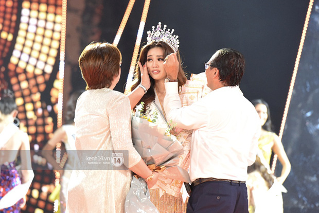 Khoảnh khắc xúc động khi đăng quang Tân Hoa hậu Hoàn vũ 2019: Khánh Vân bé nhỏ trong vòng tay của ba mẹ - Ảnh 2.
