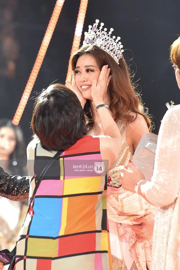 Khoảnh khắc xúc động khi đăng quang Tân Hoa hậu Hoàn vũ 2019: Khánh Vân bé nhỏ trong vòng tay của ba mẹ - Ảnh 3.