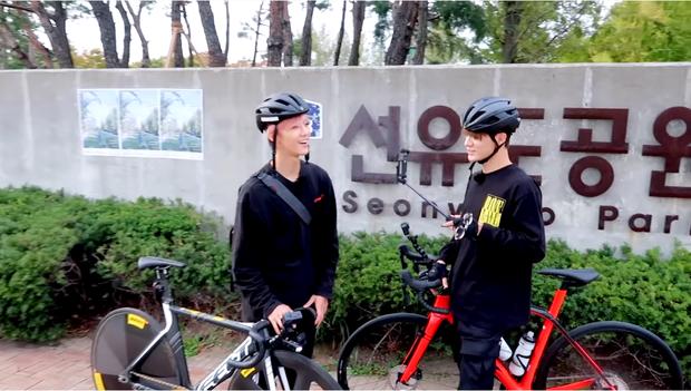 Jaemin và Jeno (NCT) cũng bắt trend nhiệt tình, rủ nhau đi chụp ảnh check in với đồng cỏ hồng và cỏ lau cực hot ở Hàn Quốc - Ảnh 3.