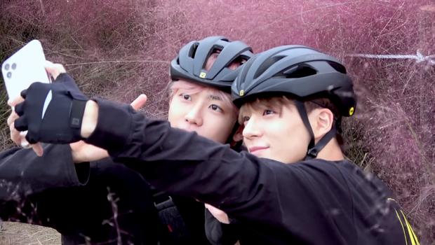 Jaemin và Jeno (NCT) cũng bắt trend nhiệt tình, rủ nhau đi chụp ảnh check in với đồng cỏ hồng và cỏ lau cực hot ở Hàn Quốc - Ảnh 1.