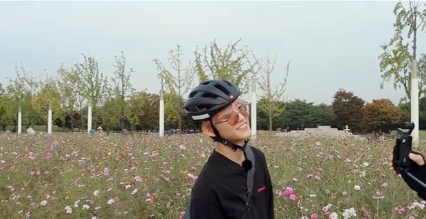 Jaemin và Jeno (NCT) cũng bắt trend nhiệt tình, rủ nhau đi chụp ảnh check in với đồng cỏ hồng và cỏ lau cực hot ở Hàn Quốc - Ảnh 6.