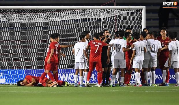 Cầu thủ gốc Việt của Campuchia đấm thẳng mặt Thành Chung trong trận bán kết SEA Games 2019 - Ảnh 2.