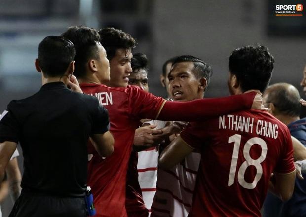 Trọng Hoàng bị phạm lỗi thô bạo, cầu thủ Campuchia vẫn lao vào trọng tài như muốn ăn tươi nuốt sống - Ảnh 8.