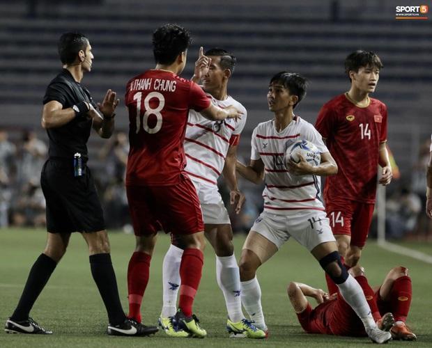 Trọng Hoàng bị phạm lỗi thô bạo, cầu thủ Campuchia vẫn lao vào trọng tài như muốn ăn tươi nuốt sống - Ảnh 6.