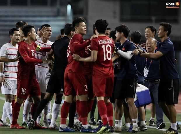 Trọng Hoàng bị phạm lỗi thô bạo, cầu thủ Campuchia vẫn lao vào trọng tài như muốn ăn tươi nuốt sống - Ảnh 9.