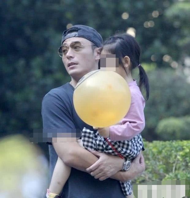 Tan chảy với loạt ảnh cực ngọt ngào của Hoắc Kiến Hoa: Liên tục hôn con gái, nhìn là biết cuồng con đến nhường nào - Ảnh 5.