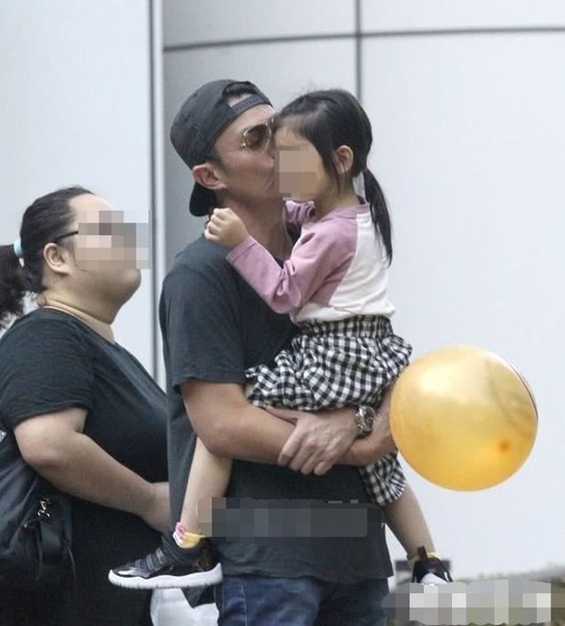 Tan chảy với loạt ảnh cực ngọt ngào của Hoắc Kiến Hoa: Liên tục hôn con gái, nhìn là biết cuồng con đến nhường nào - Ảnh 7.