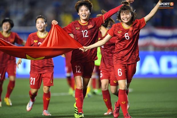 Tuyển nữ Việt Nam ăn mừng lần thứ 6 vô địch SEA Games, sau khi đánh bại Thái Lan nghẹt thở 1-0 - Ảnh 8.