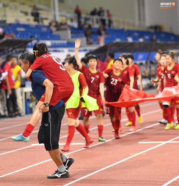 Tuyển nữ Việt Nam ăn mừng lần thứ 6 vô địch SEA Games, sau khi đánh bại Thái Lan nghẹt thở 1-0 - Ảnh 6.