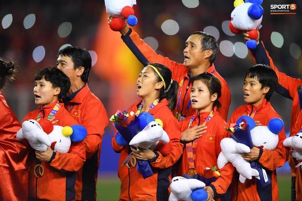 Tuyển nữ Việt Nam ăn mừng lần thứ 6 vô địch SEA Games, sau khi đánh bại Thái Lan nghẹt thở 1-0 - Ảnh 4.