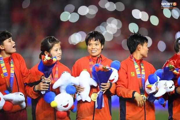 Tuyển nữ Việt Nam ăn mừng lần thứ 6 vô địch SEA Games, sau khi đánh bại Thái Lan nghẹt thở 1-0 - Ảnh 3.