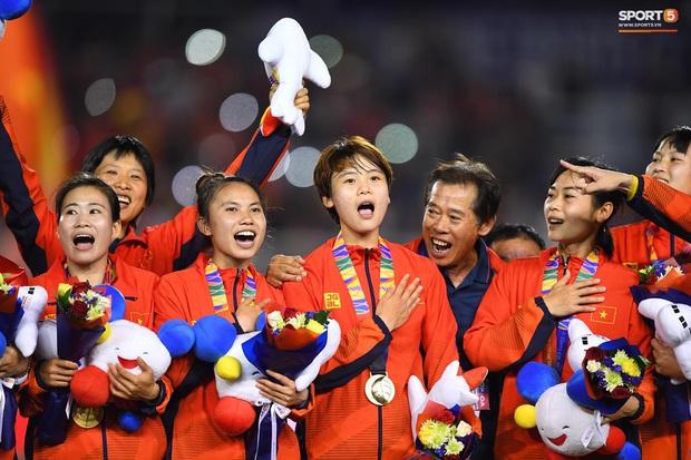 Tuyển nữ Việt Nam ăn mừng lần thứ 6 vô địch SEA Games, sau khi đánh bại Thái Lan nghẹt thở 1-0 - Ảnh 2.