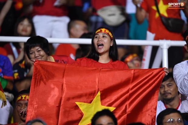 Trận chung kết SEA Games 30 giữa tuyển nữ Việt Nam và Thái Lan bị gián đoạn vì sự cố bất ngờ - Ảnh 11.