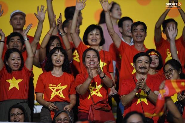 Trận chung kết SEA Games 30 giữa tuyển nữ Việt Nam và Thái Lan bị gián đoạn vì sự cố bất ngờ - Ảnh 10.