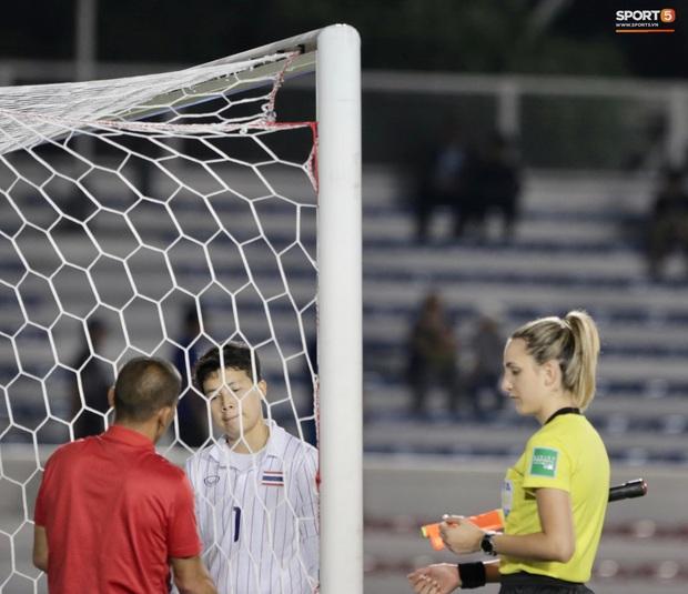 Trận chung kết SEA Games 30 giữa tuyển nữ Việt Nam và Thái Lan bị gián đoạn vì sự cố bất ngờ - Ảnh 2.