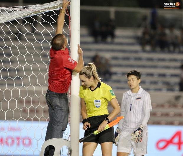 Trận chung kết SEA Games 30 giữa tuyển nữ Việt Nam và Thái Lan bị gián đoạn vì sự cố bất ngờ - Ảnh 6.