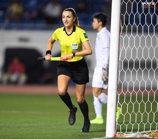 Nữ trọng tài biên xinh đẹp mỉm cười ẩn ý sau khi tước bàn thắng của tuyển nữ Thái Lan vào lưới tuyển nữ Việt Nam - Ảnh 10.