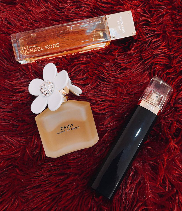 Hoa hậu Khánh Vân chỉ cần 2 thỏi son, 1 hộp phấn phủ là đã đủ đẹp chuẩn tinh tế; đến nước hoa cũng dùng toàn mùi quen thuộc dễ mua - Ảnh 3.