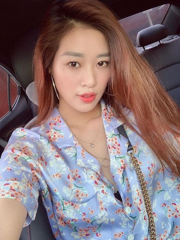 Hoa hậu Khánh Vân chỉ cần 2 thỏi son, 1 hộp phấn phủ là đã đủ đẹp chuẩn tinh tế; đến nước hoa cũng dùng toàn mùi quen thuộc dễ mua - Ảnh 1.
