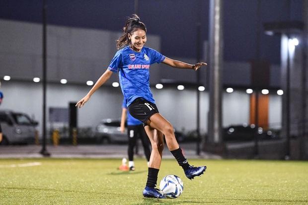 Info cầu thủ nữ Thái Lan kiến tạo cho Việt Nam ghi bàn: Đá bóng hay, sở hữu gia thế khủng và quan trọng là có thân hình chẳng kém gì người mẫu - Ảnh 6.