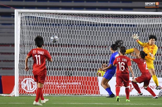 Nữ trọng tài biên xinh đẹp mỉm cười ẩn ý sau khi tước bàn thắng của tuyển nữ Thái Lan vào lưới tuyển nữ Việt Nam - Ảnh 2.