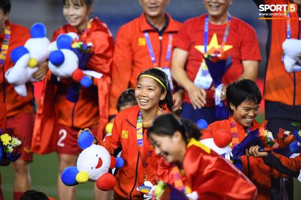 Đội trưởng tuyển nữ Việt Nam gục ngã đau đớn, phải nhờ bác sĩ cõng ra khỏi sân khi đồng đội ăn mừng huy chương vàng SEA Games - Ảnh 12.