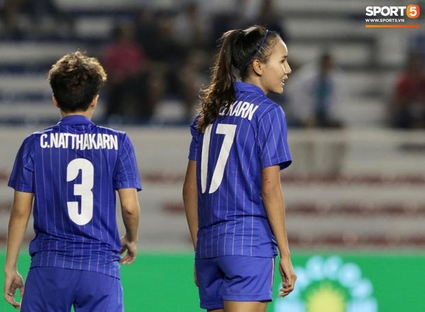 Em gái ngôi sao tuyển Thái Lan đánh đầu kiến tạo như Văn Hậu cho nữ cầu thủ Việt Nam đánh đầu tung lưới đội nhà - Ảnh 3.