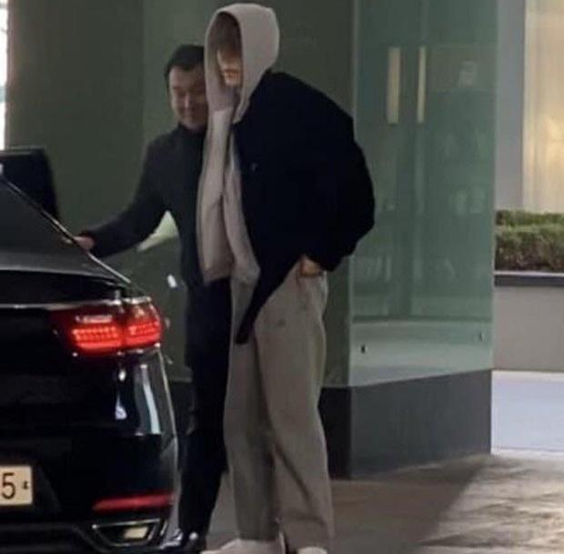 Hình ảnh xúc động nhất hôm nay: Kim Woo Bin tổ chức fanmeeting sau 2 năm điều trị ung thư, ôm chầm vệ sĩ mếu máo - Ảnh 5.
