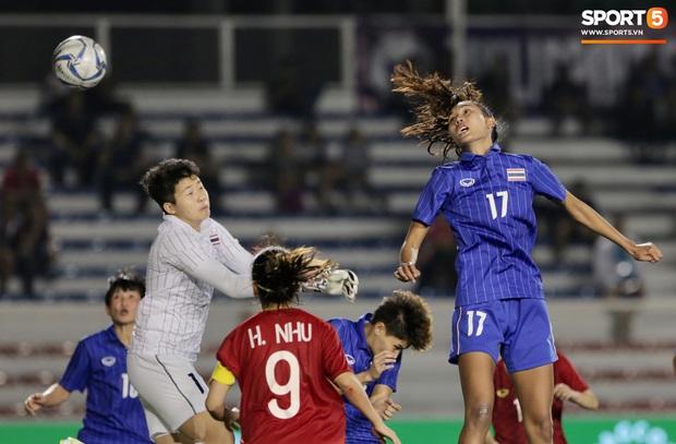Em gái ngôi sao tuyển Thái Lan đánh đầu kiến tạo như Văn Hậu cho nữ cầu thủ Việt Nam đánh đầu tung lưới đội nhà - Ảnh 2.