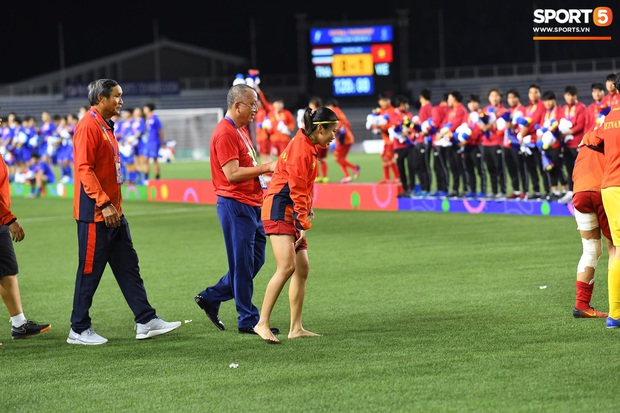 Đội trưởng tuyển nữ Việt Nam gục ngã đau đớn, phải nhờ bác sĩ cõng ra khỏi sân khi đồng đội ăn mừng huy chương vàng SEA Games - Ảnh 8.