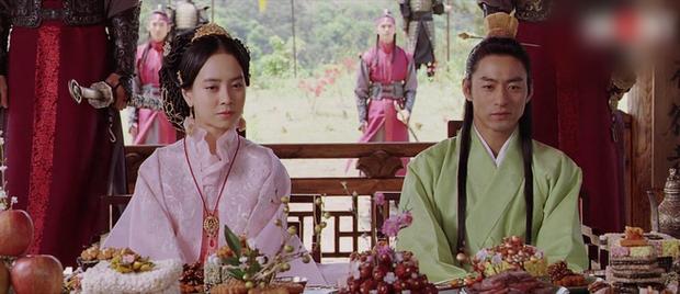 Loạt cảnh nóng chưa từng hết sốc ở phim cổ trang xứ Hàn: Mợ ngố Song Ji Hyo quay cảnh nhạy cảm tận 40 lần? - Ảnh 10.