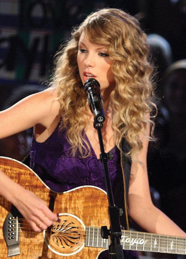 Lệ Quyên mua chiếc micro đắt nhất thế giới dùng cho Taylor Swift, Celine Dion đầu tư trong Q Show 2, tiện tay dát thêm pha lê cầm cho mượt! - Ảnh 3.