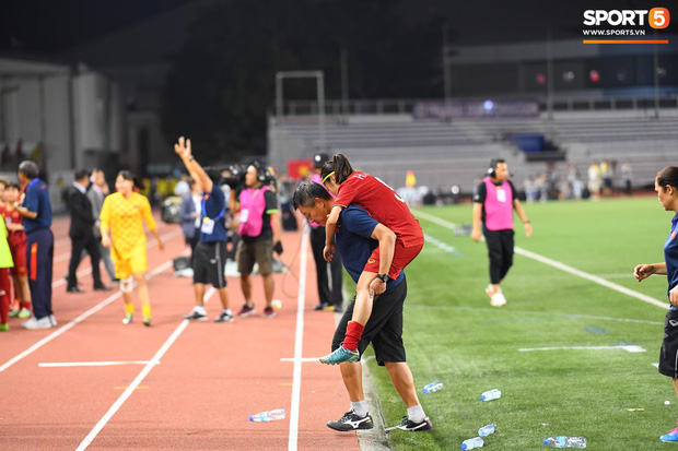 Đội trưởng tuyển nữ Việt Nam gục ngã đau đớn, phải nhờ bác sĩ cõng ra khỏi sân khi đồng đội ăn mừng huy chương vàng SEA Games - Ảnh 4.