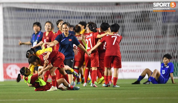 Đội trưởng tuyển nữ Việt Nam gục ngã đau đớn, phải nhờ bác sĩ cõng ra khỏi sân khi đồng đội ăn mừng huy chương vàng SEA Games - Ảnh 3.