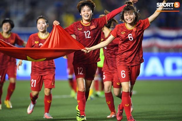 Đội trưởng tuyển nữ Việt Nam gục ngã đau đớn, phải nhờ bác sĩ cõng ra khỏi sân khi đồng đội ăn mừng huy chương vàng SEA Games - Ảnh 2.