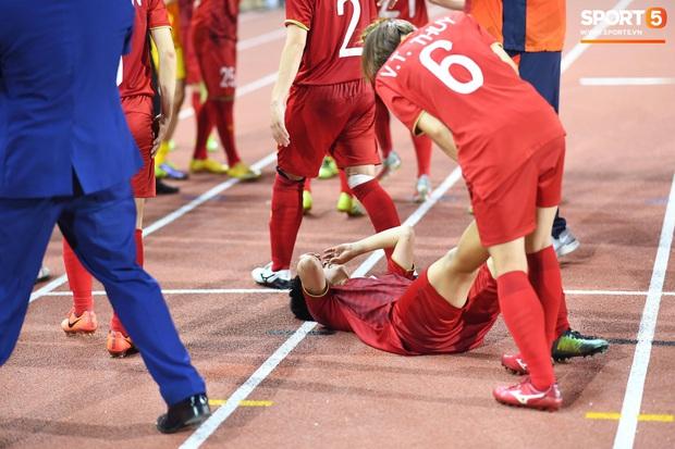 Đội trưởng tuyển nữ Việt Nam gục ngã đau đớn, phải nhờ bác sĩ cõng ra khỏi sân khi đồng đội ăn mừng huy chương vàng SEA Games - Ảnh 7.