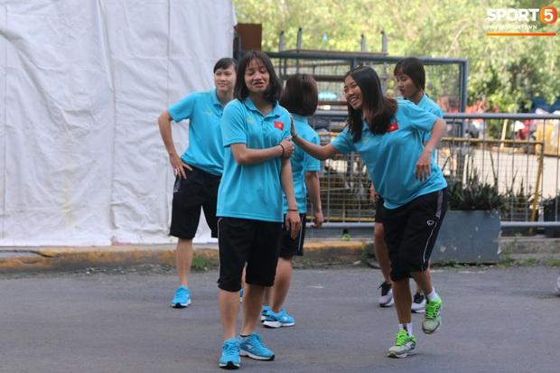 ĐT nữ Việt Nam cười tươi, thoải mái trước giờ đấu Thái Lan trong trận tranh huy chương vàng SEA Games 30 - Ảnh 2.