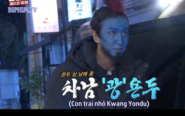 Hình phạt hóa trang hài hước nhất lịch sử Running Man: Cosplay Yondu phát bánh cá giữa chợ - Ảnh 1.