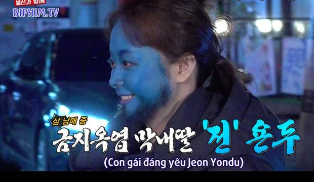 Hình phạt hóa trang hài hước nhất lịch sử Running Man: Cosplay Yondu phát bánh cá giữa chợ - Ảnh 2.
