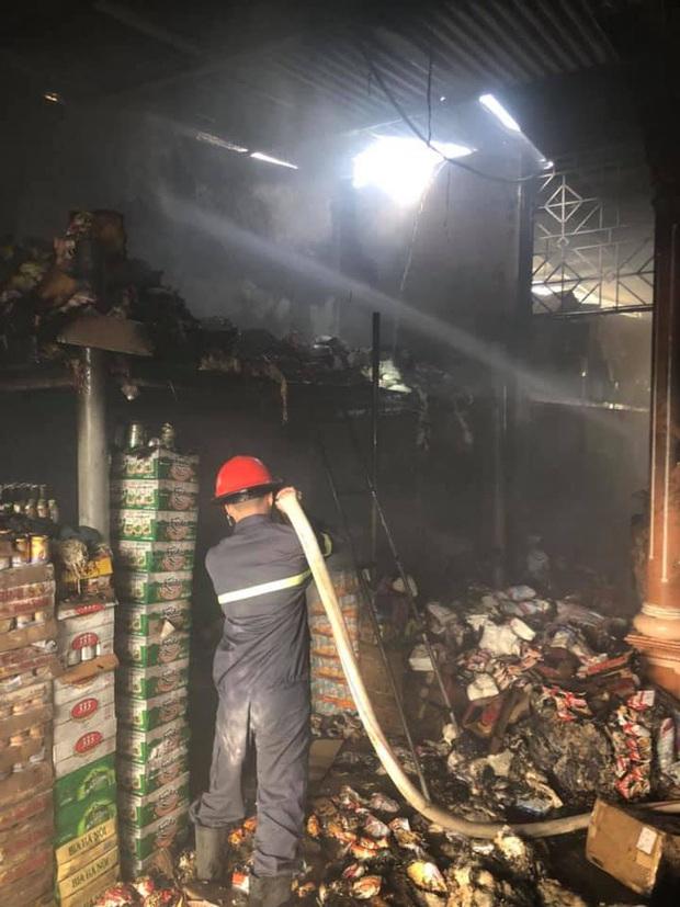 Cháy cửa hàng tạp hóa, hàng trăm người dân xông vào cứu hàng hóa giúp chủ nhà - Ảnh 2.