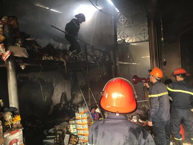 Cháy cửa hàng tạp hóa, hàng trăm người dân xông vào cứu hàng hóa giúp chủ nhà - Ảnh 3.