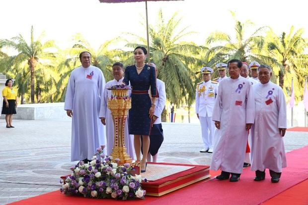 Hoàng hậu Thái Lan rạng rỡ đi dự sự kiện một mình và nhận bằng Tiến sĩ danh dự, vị thế ngày càng vững chắc - Ảnh 2.