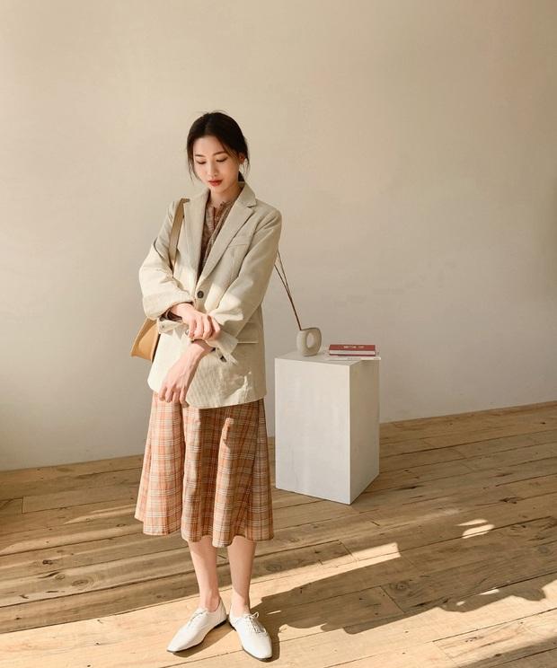 Nghĩ tưởng đơn giản nhưng không phải nàng nào cũng biết 4 mẫu áo khoác kết hợp ăn ý nhất với váy - Ảnh 1.