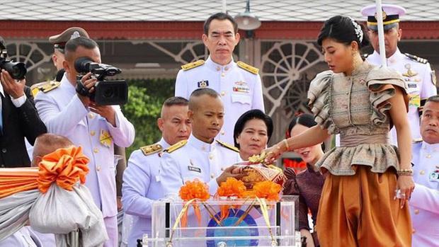 Hai nàng công chúa khác nhau một trời một vực của Hoàng gia Thái Lan: Người dịu dàng chuẩn mực, người nổi loạn cá tính - Ảnh 3.