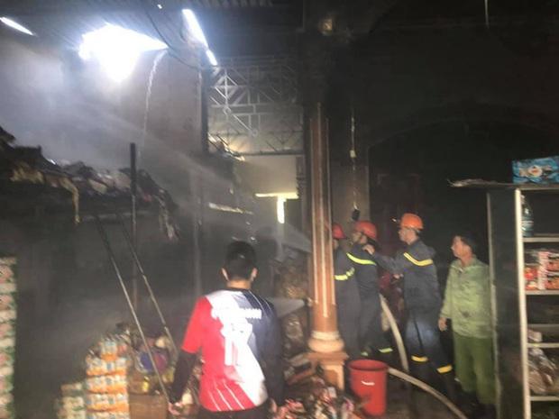 Cháy cửa hàng tạp hóa, hàng trăm người dân xông vào cứu hàng hóa giúp chủ nhà - Ảnh 4.