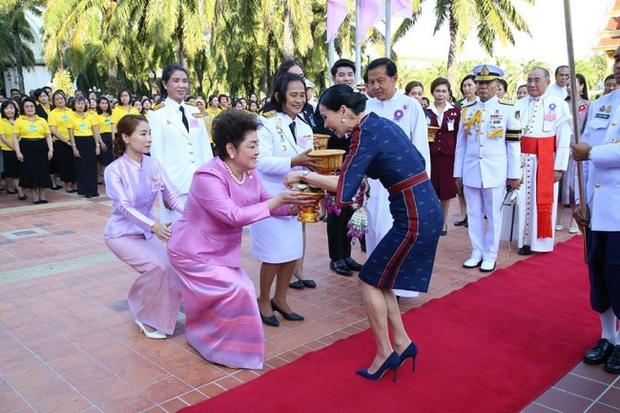 Hoàng hậu Thái Lan rạng rỡ đi dự sự kiện một mình và nhận bằng Tiến sĩ danh dự, vị thế ngày càng vững chắc - Ảnh 3.