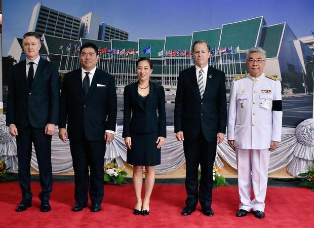 Hai nàng công chúa khác nhau một trời một vực của Hoàng gia Thái Lan: Người dịu dàng chuẩn mực, người nổi loạn cá tính - Ảnh 6.