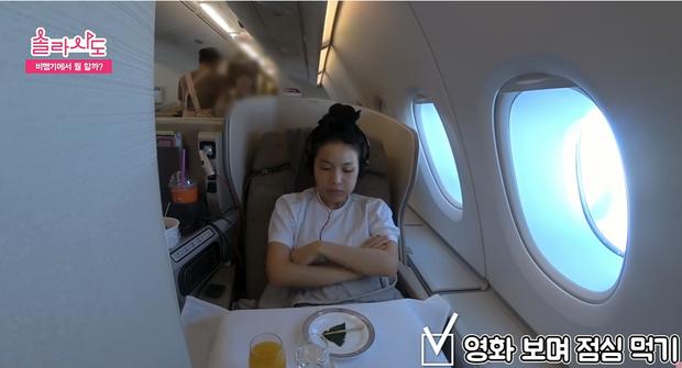 Muốn sống sót qua những chuyến bay dài thì hãy học tập những mẹo cực hữu ích từ cô nàng Solar (MAMAMOO) nhé! - Ảnh 4.